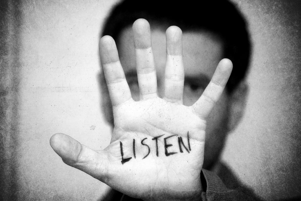 Bilde av en hånd med teksten LISTEN skrevet på.